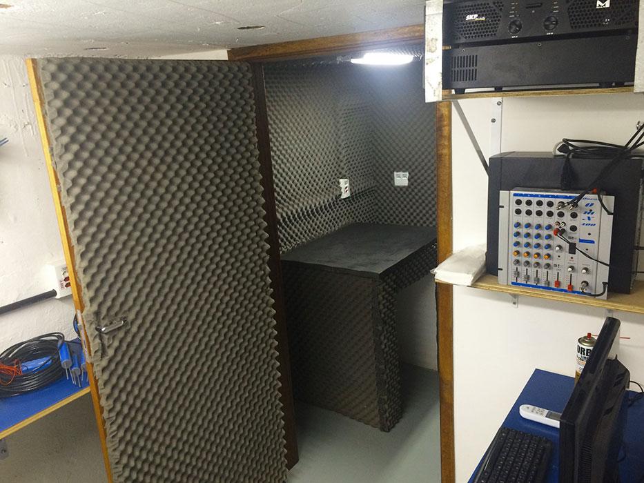Sala acústica com bancada antivibração